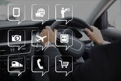 Telefonikonen gegen Person im Auto Stockfoto