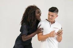 Telefonisch betrügen Mischrasse-Familie Mann empfängt eine Mitteilung an lizenzfreies stockbild