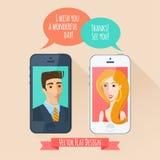 Telefonkonversation mellan en man och en kvinna. Plan stil Arkivfoto