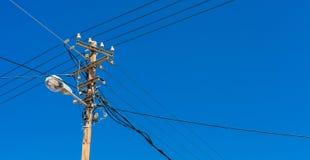 Telefonlampenpfosten mit elektrischen Drähten lizenzfreie stockbilder
