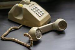 Telefonlur av tappningtelefonen Modern tappningtelefon för mitt- århundrade Roterande telefon arkivfoto