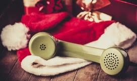 Telefonlur av visartavlatelefonen med den Santa Claus hatten arkivfoto