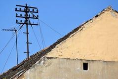 Telefonmast auf dem Dach Stockfoto
