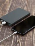 Telefonmobile schließen an Seitenansicht der Batterieleistungs-Reserven an stockfotografie