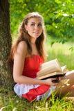 Telefono & bella lettura sorridente felice delle donne Immagini Stock Libere da Diritti
