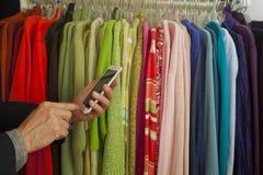 Telefono astuto nella vendita al dettaglio Fotografia Stock