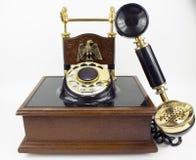 Telefono automatico rotatorio d'annata su bianco fotografia stock