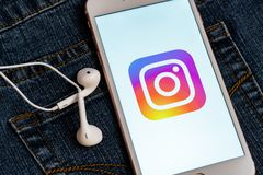 Telefono bianco con il logo dei media sociali Instagram sullo schermo Icona sociale di media immagini stock libere da diritti