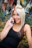 telefono biondo della ragazza immagini stock