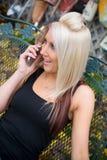 telefono biondo della ragazza fotografia stock libera da diritti
