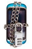 Telefono blu incatenato e chiuso dalla serratura a combinazione Immagine Stock