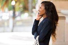 Telefono cellulare africano della donna Fotografia Stock Libera da Diritti