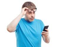 Telefono cellulare bello della tenuta dell'uomo Immagine Stock Libera da Diritti