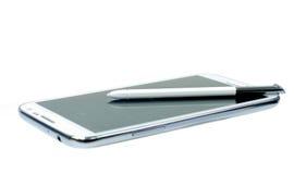 Telefono cellulare bianco con la penna dello stilo Fotografia Stock Libera da Diritti