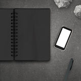 Telefono cellulare in bianco 3d con il taccuino in bianco Fotografia Stock