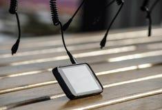 Telefono cellulare che carica batteria Fotografie Stock Libere da Diritti