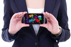Telefono cellulare con con le icone e le applicazioni di media nell'ha femminile Immagine Stock Libera da Diritti
