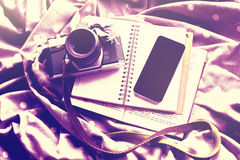 Telefono cellulare con la macchina fotografica d'annata, il diario ed il libro fotografie stock