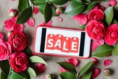Telefono cellulare con la vendita dell'iscrizione e le rose rosa Disposizione piana, vista superiore immagine stock libera da diritti
