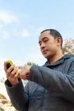 Telefono cellulare del gioco dell'uomo Immagine Stock