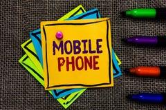 Telefono cellulare del testo di scrittura di parola Il concetto di affari per il dispositivo tenuto in mano di A utilizzato per i fotografia stock libera da diritti