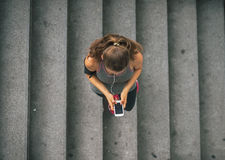 Telefono cellulare della donna di forma fisica con l'aria aperta in città Fotografia Stock