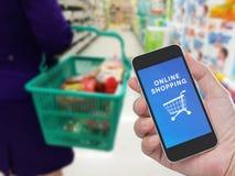 Telefono cellulare della tenuta della mano con acquisto online Fotografie Stock
