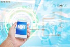 Telefono cellulare della tenuta della mano con Internet delle cose Fotografia Stock Libera da Diritti