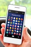 Telefono cellulare della tenuta della mano con l'applicazione del traduttore di lingua Immagini Stock