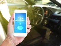 Telefono cellulare della tenuta della mano con la parola dell'assicurazione auto Fotografie Stock Libere da Diritti