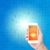 Telefono cellulare della tenuta della mano con la parola della soluzione di affari Immagine Stock