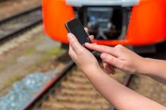 Telefono cellulare dello schermo attivabile al tatto in mani femminili Immagini Stock Libere da Diritti