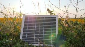 Telefono cellulare dello schermo del primo piano e caricabatteria, alimentata solare, energia rinnovabile, pannello solare al cel archivi video