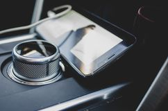 Telefono cellulare dentro un'automobile fotografia stock