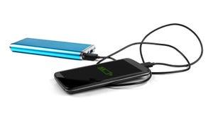 Telefono cellulare di carico con la banca portatile di potere Immagini Stock