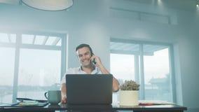 Telefono cellulare di conversazione dell'uomo di affari Uomo concentrato che discute sul telefono cellulare stock footage