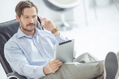 Telefono cellulare di conversazione dell'uomo d'affari rilassato Fotografie Stock Libere da Diritti