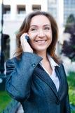 Telefono cellulare di conversazione della donna di affari Fotografie Stock