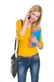 Telefono cellulare di conversazione della ragazza felice dello studente Fotografie Stock Libere da Diritti
