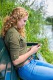 Telefono cellulare di funzionamento della giovane donna olandese a lungomare Immagini Stock Libere da Diritti