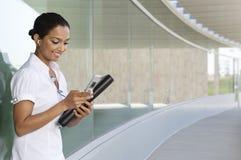Telefono cellulare di Listening Music On della donna di affari Fotografia Stock