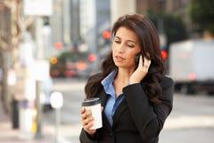 Telefono cellulare di Outside Office On della donna di affari Fotografia Stock Libera da Diritti