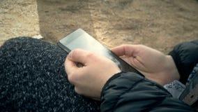 Telefono cellulare di scorrimento della donna video d archivio