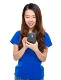 Telefono cellulare di uso della giovane donna Fotografia Stock