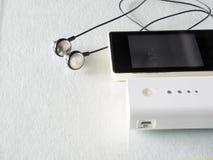 Telefono cellulare e banca di potere su bianco Fotografie Stock Libere da Diritti