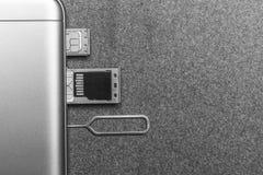 Telefono cellulare e scanalature aperte per le carte SIM nane, il micro azionamento di deviazione standard e la chiave del metall fotografia stock