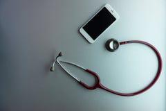 Telefono cellulare e stetoscopio fotografie stock