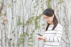 Telefono cellulare ed orologio astuto Immagini Stock Libere da Diritti