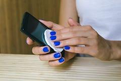 Telefono cellulare femminile del touch screen della polvere della strofinata delle mani Fotografie Stock