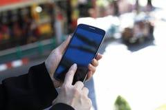 Telefono cellulare, giovane donna di affari che per mezzo dello Smart Phone Immagini Stock